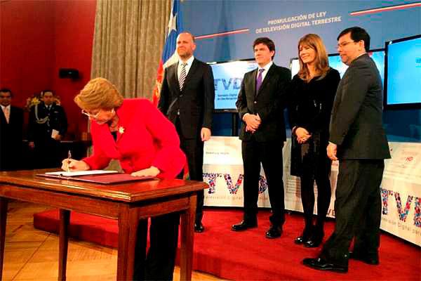 La Presidenta Bachelet al poner su rúbrica a la nueva ley. (Foto: Twitter del Subsecretario @huichalaf)